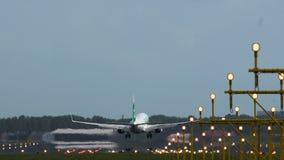 Boeing 737 av att att närma sig för Transavia flygbolag stock video