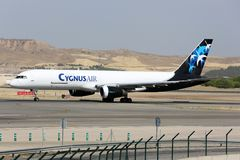 Boeing 757 av det Cygnus Air flygbolaget som åker taxi på den Madrid Barajas Adolfo Suarez flygplatsen Royaltyfria Foton