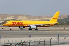 Boeing 757 av DHL flygbolaget som åker taxi på den Madrid Barajas Adolfo Suarez flygplatsen Arkivbilder