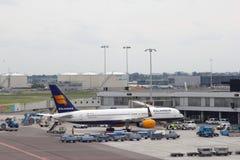 Boeing 757-200 av Icelandair på den Schiphol flygplatsen Fotografering för Bildbyråer