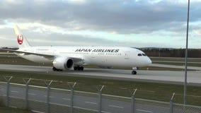 Boeing av Japan Airlines som åker taxi på den nordvästliga landningsbanan, Frankfurt flygplats lager videofilmer