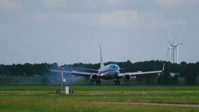 Boeing 737 av KLM flygbolag som landar på den Schiphol flygplatsen arkivfilmer