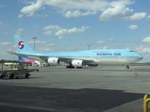 Boeing 747 av Korean Air Fotografering för Bildbyråer
