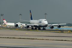 Boeing 747 av Lufthansa flygbolag på landningsbanan Royaltyfri Foto
