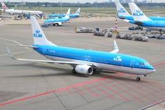 Boeing 737 av Royal Dutch flygbolag på den Schiphol flygplatsen Arkivfoton