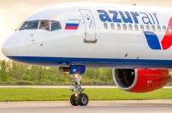 Boeing 757 Azur-Luftfluglinien, Flughafen Pulkovo, Russland St Petersburg im August 2016 Lizenzfreie Stockfotografie