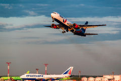 Boeing 767 AzurAir flygbolag tar av från flygplats Fotografering för Bildbyråer