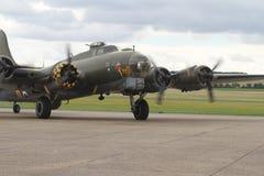 Boeing B-17 flygfästning på ställning på Duxford Royaltyfri Bild