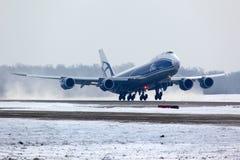 Boeing B-747-800 VQ-BLQ von den Luft-Brücken-Frachtfluglinien, die an internationalem Flughafen Domodedovo sich entfernen Stockfotos