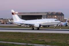 Boeing 737 BBJ landning efter solnedgång Arkivfoton