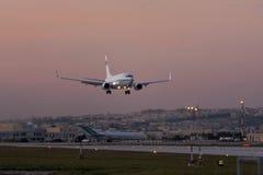 Boeing 737 BBJ landning efter solnedgång Arkivbilder