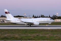 Boeing 737 BBJ landning efter solnedgång Royaltyfri Bild
