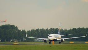 Boeing 737 beschleunigen sich vor Abfahrt stock footage