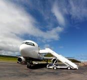Boeing blanc 767 avec des escaliers d'avion Images libres de droits