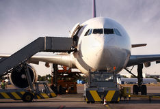 Boeing che è caricato con il carico Immagine Stock