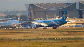 Boeing 787 che frena dopo l'atterraggio video d archivio