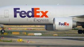 Boeing 777 che rulla dopo l'atterraggio video d archivio