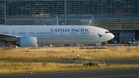 Boeing 777 che rulla dopo l'atterraggio archivi video