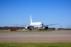 Boeing 777 che rulla nell'aeroporto Fotografie Stock Libere da Diritti