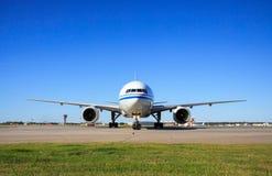 Boeing 777 che rulla nell'aeroporto Fotografia Stock Libera da Diritti