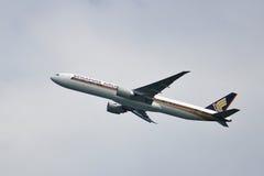 Boeing 777 che toglie Immagini Stock