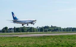 Boeing 737 débarquant à l'aéroport Image libre de droits