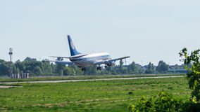 Boeing 737 débarquant à l'aéroport international Photographie stock libre de droits