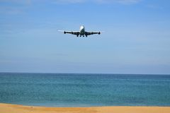 Boeing 777 débarquant sur l'île tropicale de Photos stock