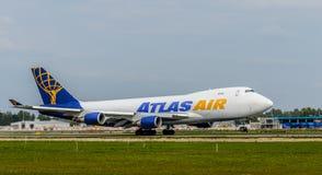 Boeing 747 décollant à l'aéroport de Riga Image libre de droits