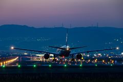 Boeing 777-200 décollant au crépuscule Image libre de droits