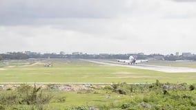 Boeing dżetowego samolotu lądowanie na pasa startowego lotnisku zdjęcie wideo