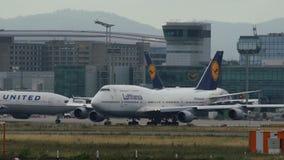 Boeing 747-430 D-ABVZ que llevan en taxi en el aeropuerto de Francfort almacen de metraje de vídeo