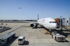Boeing 777-3D7 av Thai Airways på den Narita flygplatsen japan royaltyfri bild
