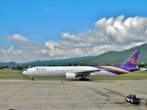 Boeing 777-3D7 de Thai Airways en el aeropuerto de Chiangmai imagenes de archivo