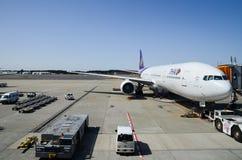 Boeing 777-3D7 de Thai Airways en el aeropuerto de Narita japón fotografía de archivo