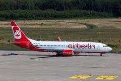 Boeing 737 da linha aérea de Airberlin na pista de decolagem Foto de Stock