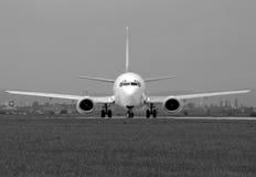 Boeing dans à fond gris Image libre de droits