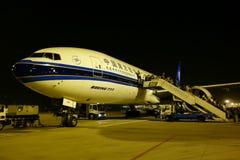 Boeing 777 dans l'aéroport international de Chengdu Shuangliu Photos stock