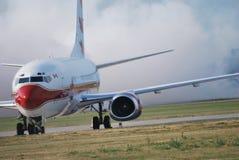Boeing dans l'aéroport Poznan Pologne image libre de droits