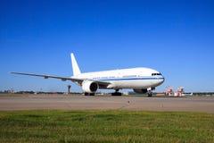 Boeing 777, das in Flughafen mit einem Taxi fährt Stockbild