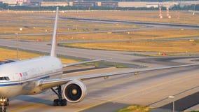 Boeing 777, das nach der Landung bremst stock video footage