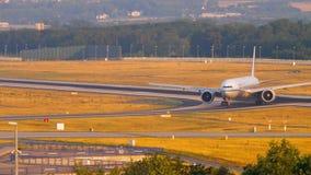 Boeing 777, das nach der Landung mit einem Taxi fährt stock footage