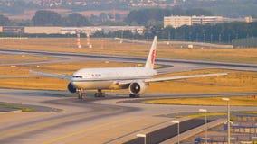 Boeing 777, das nach der Landung mit einem Taxi fährt stock video footage