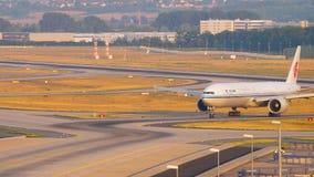 Boeing 777, das nach der Landung mit einem Taxi fährt stock video