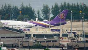 Boeing 747, das an Phuket-Flughafen mit einem Taxi fährt stock video