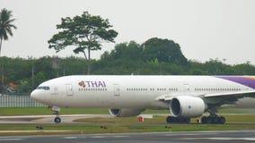 Boeing 777, das an Phuket-Flughafen mit einem Taxi fährt stock footage