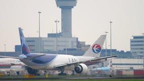 Boeing 777, das vor Abfahrt mit einem Taxi fährt stock video footage