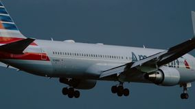 Boeing 767 de American Airlines que se acerca al aeropuerto de Schiphol almacen de video