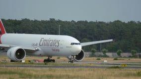 Boeing de carreteo 777f del cargo del cielo de los emiratos almacen de metraje de vídeo