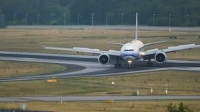 Boeing 777 de China Arilines que lleva en taxi después de llegado almacen de metraje de vídeo